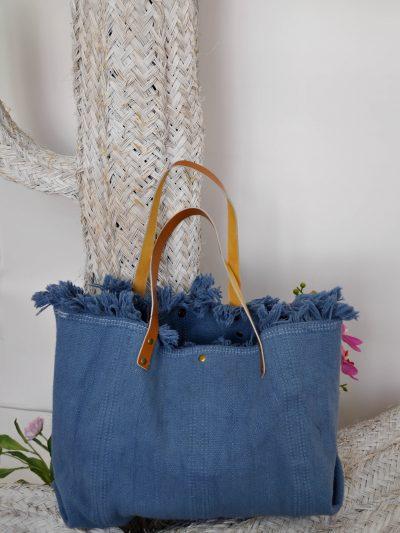 Bolso grande shopper de tela con borde desflecado, perfecto para darle un toque desenfadado a tu look o para ir a la playa