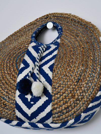 Cesta con detalles étnicos y pompones bicolor