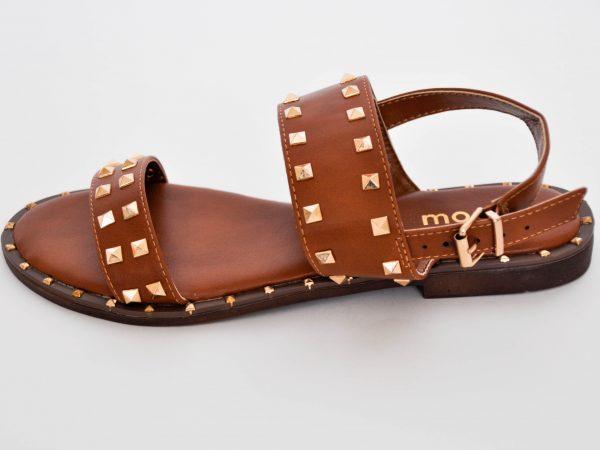 Refresca tus pies este verano con estas sandalias con tachuelas para un look atrevido