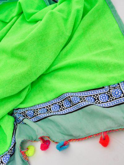 Toalla de playa Bo ho con pompones en los extremos y reverso de rizo de algodón. Dispone de bolsillo invisible.