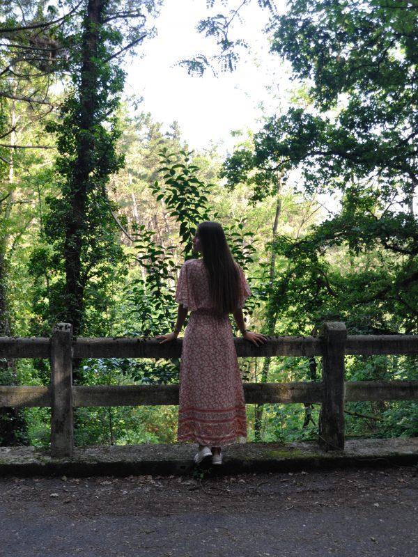 Vestido floral largo con manga corta. Tejido fluido.Cintura elastica.